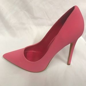 New 4.5 inches pointed heels in Fuchsia color